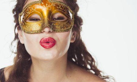mujer-bonita-en-la-mascara-de-besar-el-aire_23-2147750833