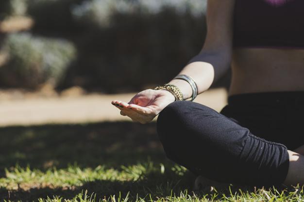 mujer-de-cultivo-meditando-en-un-dia-soleado_23-2147791901