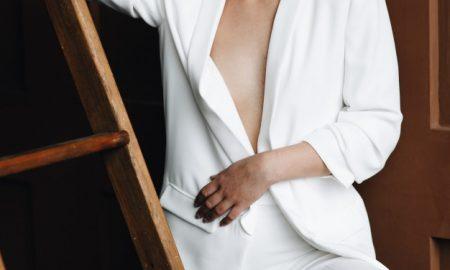 chica-rubia-con-pelo-corto-rubio-plantea-en-traje-blanco-por-la-escalera_8353-5471