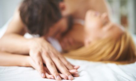 primer-plano-manos-de-una-pareja-besandose-en-la-cama_1098-276