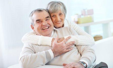 pareja-mayor-abrazandose-en-casa_1098-1297