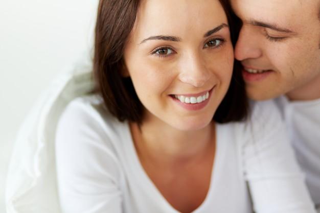 mujer-feliz-con-su-novio-en-la-cama_1098-3819