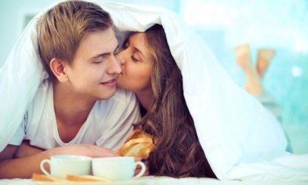 pareja-de-enamorados-desayunando-juntos_1098-105