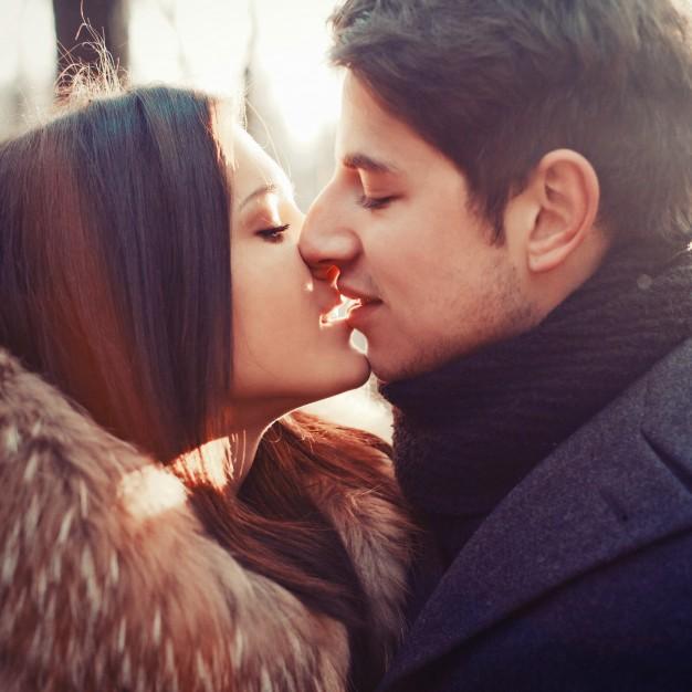 primer-plano-de-amantes-besandose_1140-121