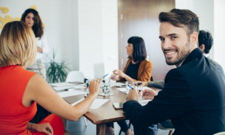 hombre-de-negocios-joven-sonriendo-en-la-reunion_23-2147577246