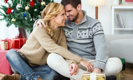 mujer-sonriendo-con-la-cabeza-apoyada-en-un-hombre_23-2147580835