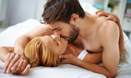 pareja-enamorada-besandose-en-la-cama_1098-277