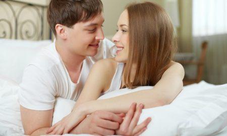 pareja-joven-abrazandose-en-la-cama_1098-1633