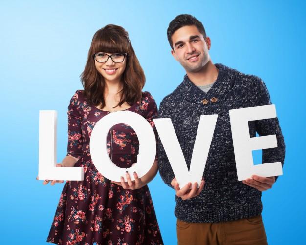 pareja-romantica-sujetando-la-palabra-amor_1149-370