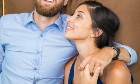 retrato-de-joven-amante-pareja-feliz-en-su-casa_1262-1052