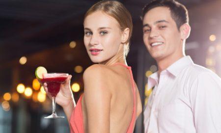 sonriendo-pareja-joven-y-coctel-en-la-fiesta-del-primer_1262-1624