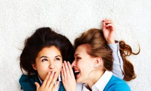 dos-chicas-cotilleando_1098-982