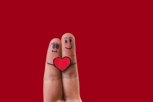 dedos-con-caras-dibujadas-y-un-corazon-enmedio_23-2147596670