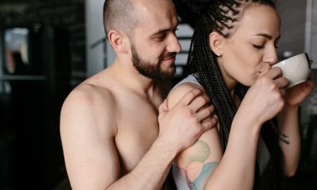 mujer-tomando-un-cafe-mientras-su-novio-la-coge-por-detras_1153-2032