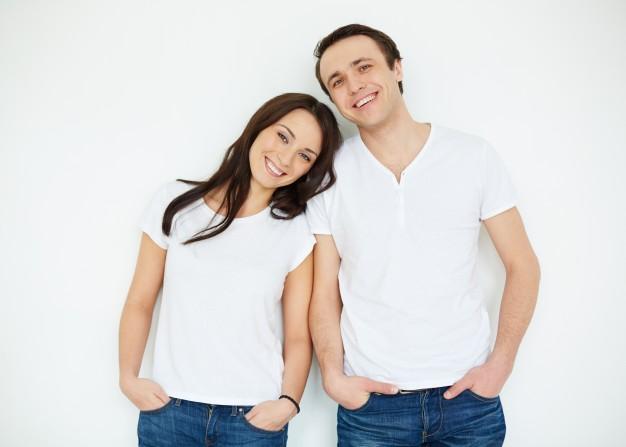 pareja-con-camisetas-blanca-y-vaqueros_1098-2090