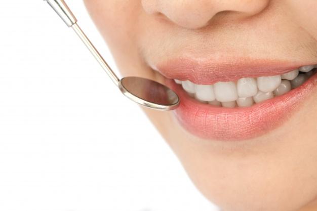 primer-plano-de-mujer-en-un-chequeo-dental_1232-217