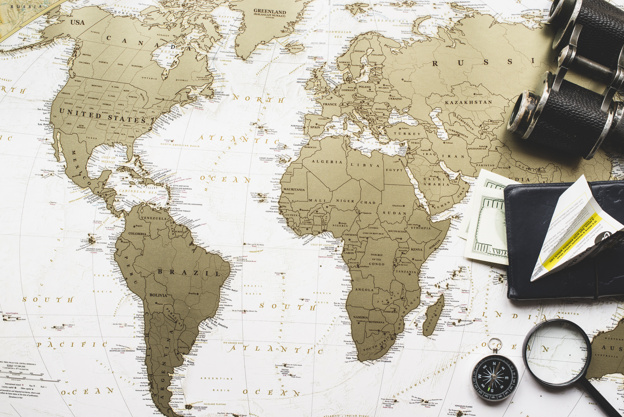 composicion-de-viaje-con-mapa-del-mundo-y-articulos-decorativos_23-2147604706