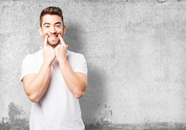 hombre-marcando-su-sonrisa-con-dos-dedos_1187-2956