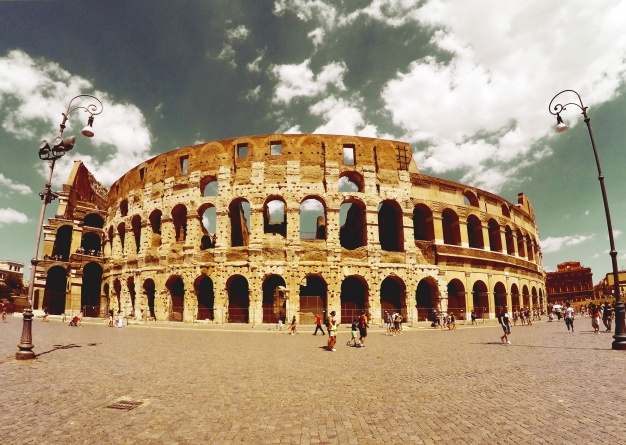 coliseo-romano-visto-desde-lejos_1219-15
