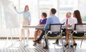 reunion-de-la-oficina-madura-que-muestra-la-presentadora_1262-2083