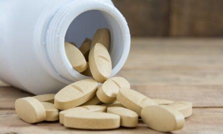 clinica-tabla-de-objetos-comprimido-de-medicamento_1323-74