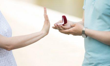 primer-plano-de-mujer-rechazando-el-anillo-compromiso_1163-51
