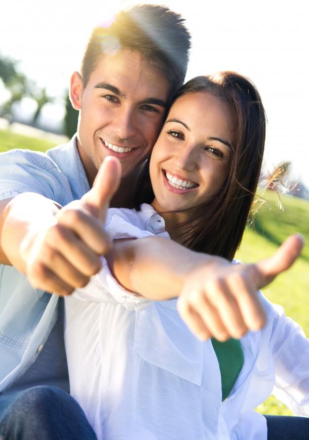 joven-pareja-se-divierten-en-un-parque_1301-5175