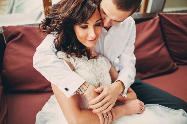 pareja-amorosa-abrazandose-en-un-sofa_1304-4951