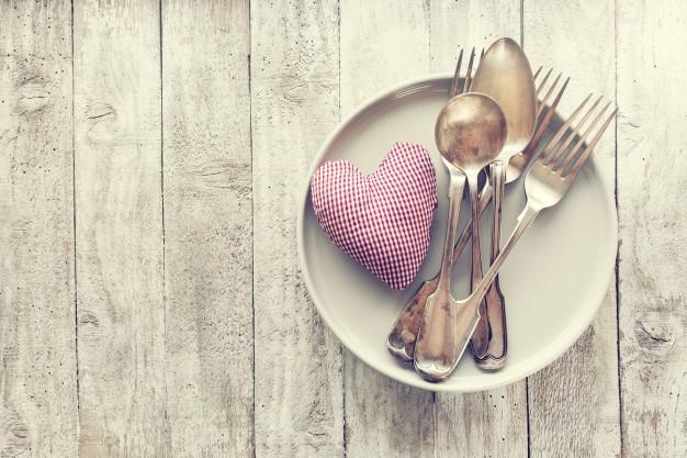 amor-el-dia-de-san-valentin-o-el-concepto-de-comer-con-cubiertos-de-la-vendimia-pl_1220-799