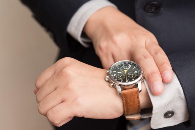 hombre-de-negocios-comprobacion-tiempo_1357-97