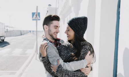 pareja-joven-abrazandose-al-lado-de-calle_23-2147732033