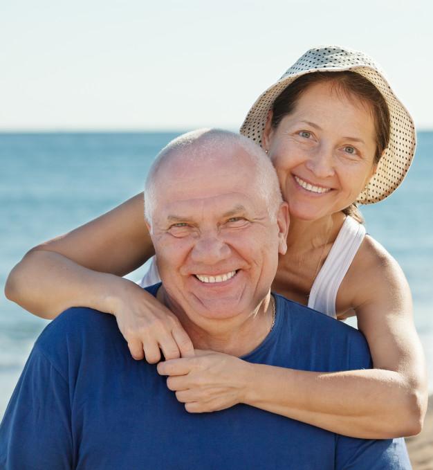retrato-de-sonriente-pareja-madura_1398-3703