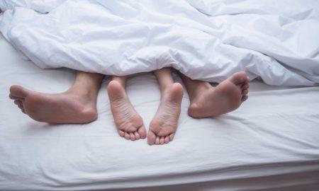 cerrar-las-piernas-de-la-pareja-en-la-cama_1150-2921