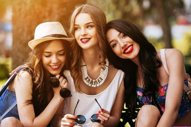 chicas-sonriendo-en-el-parque-al-atardecer_1153-171