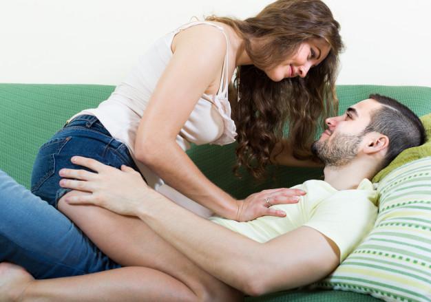 pareja-adulta-en-sofa-en-casa_1398-4347