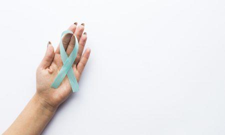 recortar-la-mano-con-cinta-de-cancer-de-prostata_23-2147738473