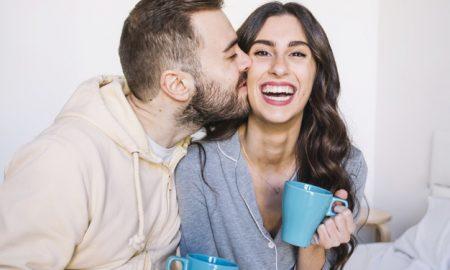 pareja-con-tazas-besos_23-2147766898