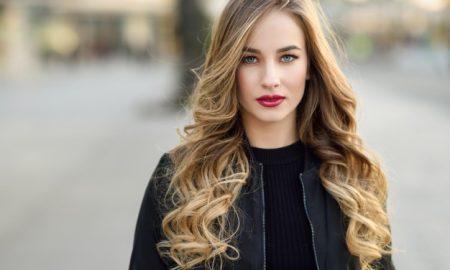 calle-de-la-moda-estilo-de-pelo-hermosa-chica_1139-844