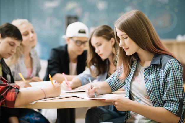 equipo-de-estudiantes-que-completan-la-tarea_23-2147666610