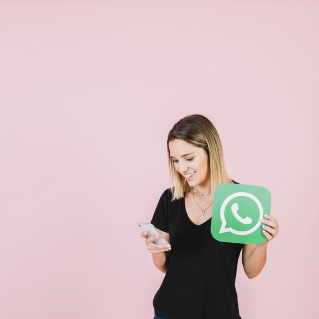 mujer-feliz-con-icono-de-whatsapp-usando-telefono-celular_23-2147849413