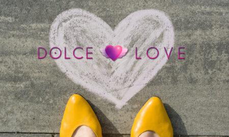 pies-femeninos-simbolo-corazon-pintado-sobre-asfalto_116407-4257